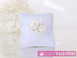 svadobný vankúšik biely matný ,kvety v strede
